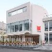 Wedding space hanami 表参道:真っ白な外観に、真っ赤なフラッグ。大きな窓が特徴です。
