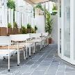 Wedding space hanami 表参道:1Fフロアとオープンテラスはスライド式の間口でひとつに