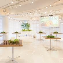 Wedding space hanami 表参道:立食でも上質な雰囲気を壊しません。ゲストと近い距離でのおもてなし。