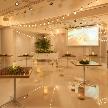 Wedding space hanami 表参道:雰囲気もあたたかく。大画面スクリーン・高輝度プロジェクターもご用意させて頂いております。