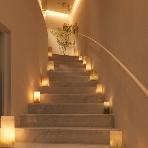 Wedding space hanami 表参道:お二人が登場する階段です。一歩一歩踏みしめて。