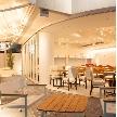 Wedding space hanami 表参道:1Fフロアに繋がるオープンテラスは様々なゲストが繋がる場に。