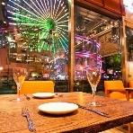Dining cafe Luxe(リュクス):日没後は観覧車のイルミネーションが視界いっぱいに広がります