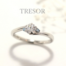 TRESOR(トレゾア)_sourire(微笑み)寄り添うダイヤを好みのカラーダイヤに変更可能。