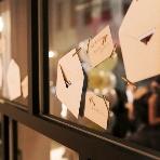 Osora by hacocoro:窓に貼ったゲストへの手紙※写真は系列店舗です