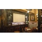 路地裏ワイン酒場BUENO:プロジェクター 130×230の大画面