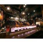 路地裏ワイン酒場BUENO:天井高5mの広々空間には大きなカウンター。たくさんの料理とドリンクをゲストに振る舞えます☆