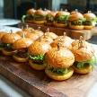 Anchor Point(アンカーポイント):大好評のミニハンバーガー。お肉、アボカド、トマト、チリソースを使用したAnchorpointオリジナルです