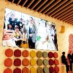 ネスカフェ 原宿:特大のメインスクリーンで、会場のどこからでも映像をお楽しみいただけます
