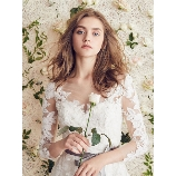 TuNoah wedding(チュノアウエディング):【1番人気】デコルテを美しく魅せるVネックが魅力的なソフトマーメードドレス