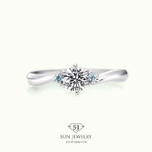 SUN JEWELRY(サンジュエリー)_ウェーブラインの婚約指輪[アイスブルーのメレダイヤ]