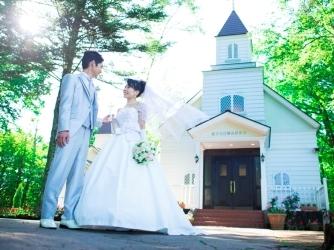 軽井沢白樺高原教会・ホテルグリーンプラザ軽井沢:青空と木々の緑に映える白亜のチャペルは、おとぎ話のワンシーンのよう。