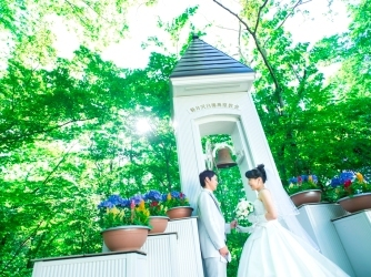 軽井沢白樺高原教会・ホテルグリーンプラザ軽井沢:挙式後にはふたりで誓いの鐘を鳴らすセレモニーを。