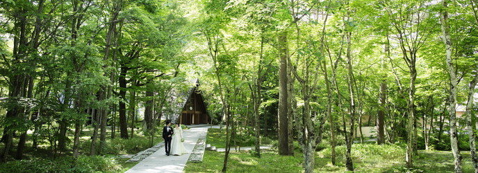 星野リゾート 軽井沢ホテルブレストンコート:非日常感あふれる中庭は、爽やかに吹き抜ける風と、きらめく木漏れ日を感じられるとっておきの場所