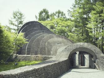 石の教会 内村鑑三記念堂:軽井沢の地に溶け込むように佇むオーガニック建築の教会。自然と共に長い歳月を経たかのよう