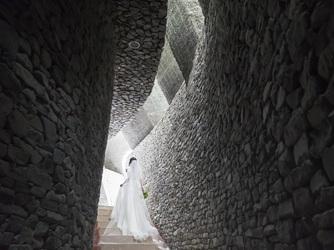 石の教会 内村鑑三記念堂:石の階段を一段一段上り、挙式へ。自然と心が落ち着き、神聖な気持ちで誓いに臨める。
