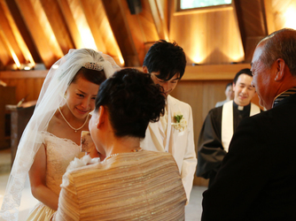 軽井沢高原教会:牧師からふたりを支え育ててきた家族へ温かな言葉がかけられる。感謝の気持ちが伝わり、絆が深まる挙式に