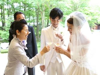 軽井沢高原教会:清々しい緑の中で木漏れ日を浴びながら、喜びを分かち合うひとときを。式後も感動の