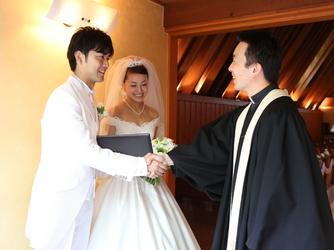 軽井沢高原教会:「いつでも帰ってきてください」と牧師。挙式後も家族の節目に教会を訪れるカップルが多い