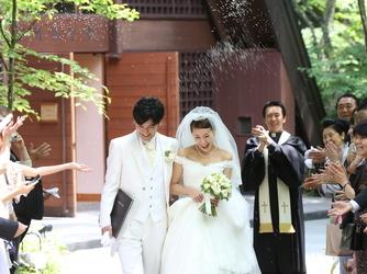 軽井沢高原教会:挙式後は教会の扉の先に広がる緑の中庭へ。大切なゲストからのライスシャワーの祝福を受け、幸せは最高潮に