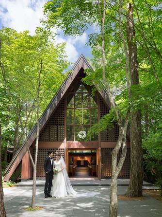 軽井沢高原教会:美しい木立の中に佇む同教会は、世代を超えて多くの人に愛されている