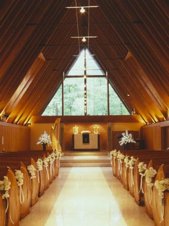 軽井沢高原教会:木の温もりに満ち、穏やかで心地よい空気が流れる堂内。ハープのやさしい音色に導かれ温かな挙式が叶う