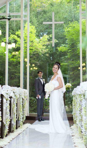 森のチャペル 軽井沢礼拝堂 ホテル軽井沢エレガンス:壁一面にガラスが配られ、屋内とは思えないほどの開放感を持つ。緑と陽光が美しい透明感溢れる空間