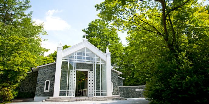 森のチャペル 軽井沢礼拝堂 ホテル軽井沢エレガンス:軽井沢の豊かな木々に見守られた独立型チャペルがふたりの誓いの舞台。目の前のプライベートスペースでは、アフターセレモニーの演出も叶い、幸せのひとときをゲストと一緒に分かち合うことができる