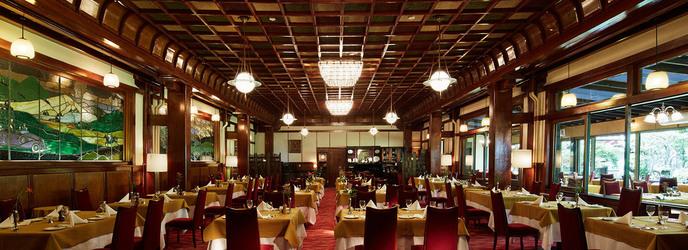 万平ホテル:ホテル館内にはフォトジェニックなスポットが多数。中でもメインダイニングは、その空間が織りなす美しさから、最も人気のスポット