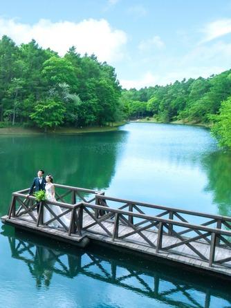 ニドムリゾートウエディング:湖面に映る景色がお二人を更に引き立たせる