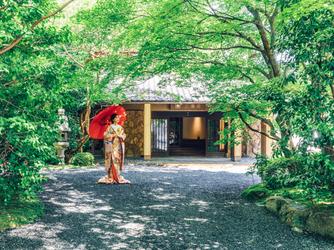 三瀧荘 一面の窓から日本庭園を臨むパーティー会場画像1-3