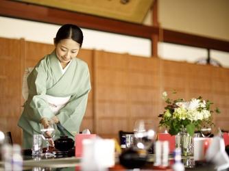 日本料理 つば甚 大広間黒の塗テーブル画像2-4