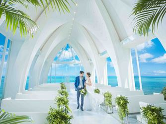 モントレ・ルメール教会:祭壇の向こう側は、水平線が広く見渡せるガラス造り。トワイライトタイムは幻想的なサンセットが目の前に!