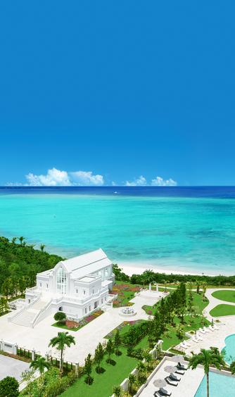 モントレ・ルメール教会:海へ突き出すように広がるガーデンの中に佇む、白亜の礼拝堂。碧い海と空、緑に純白の外観がよく映える