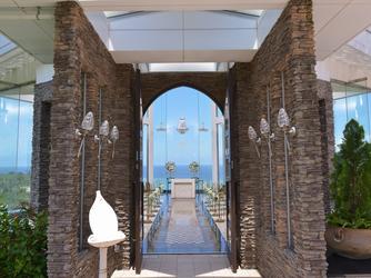 チャペル・ダイアモンドオーシャン(沖縄かりゆしホテルズウェディング):南国リゾート風の重厚感あるチャペル扉☆