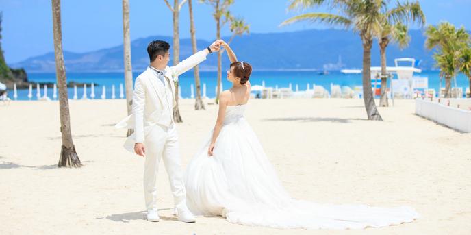 チャペル・ダイアモンドオーシャン(沖縄かりゆしホテルズウェディング):海とヤシの木をバックにダンス。お2人らしい素敵な1枚☆
