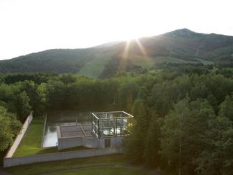 星野リゾート トマム 水の教会:広大な自然に包まれて佇む水の教会。大地に抱かれて自然と心解きほぐされていく。