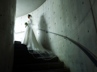 星野リゾート トマム・水の教会:らせん階段が静かな闇に続き、感覚が研ぎ澄まされていく