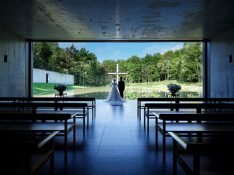 星野リゾート トマム・水の教会:全ての華美な装飾をなくし、シンプルに設計された教会。刻々と変化する自然の姿を優しく映し出す