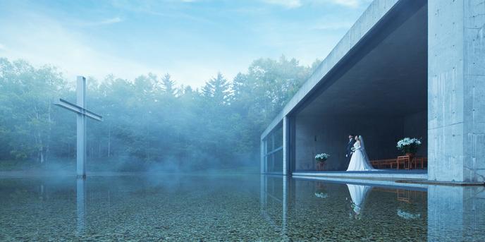 星野リゾート トマム 水の教会:流れ込む風、森の薫り、そして水の音。祭壇の先には穏やかな水辺が広がり、中心には十字架が静かに浮かび立つ。誓いの瞬間、ふたりの姿が水面に映り込み、誰も踏み入れることのできない「聖なる空間」が完成する