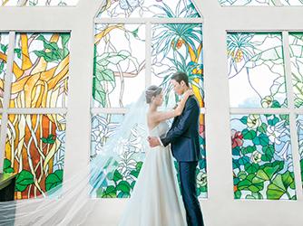 アラマンダ チャペル(シギラベイサイドスイート アラマンダ):色彩豊かな宮古島の植物が描かれたアンティークグラスを使ったステンドグラス