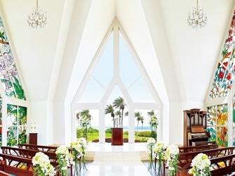 アラマンダ チャペル(シギラベイサイドスイート アラマンダ):高台にあるチャペルなので、ふたりが永遠の愛を誓う祭壇前からは、大海原を見渡せる