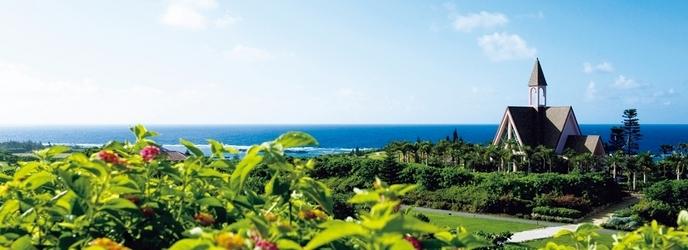 アラマンダ チャペル(シギラベイサイドスイート アラマンダ):沖縄本島からさらに南西へ300キロ。どこよりも透明度の高い海と、美しいサンゴ礁に囲まれた地上の楽園、宮古島。世界中からトラベラーが訪れる大人のプライベートリゾートで、家族の絆を確かめ合うウエディング