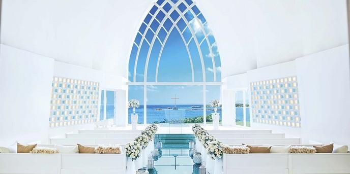 アクアルーチェ・チャペル(ANAインターコンチネンタル万座ビーチリゾート):【チャペル】ガラス張りの祭壇いっぱいに広がる水平線と琉球ガラスのバージンロードが美しい純白のチャペル