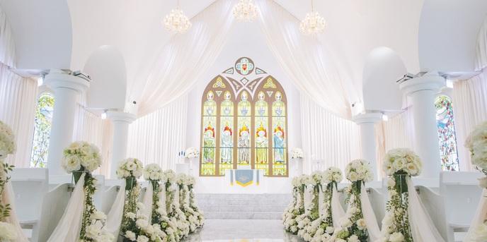 札幌 ブランバーチ・チャペル:5人の聖人が描かれた美彩なステンドグラスがバージンロードを彩る。純白のチャペルでおふたりらしい感動挙式を。