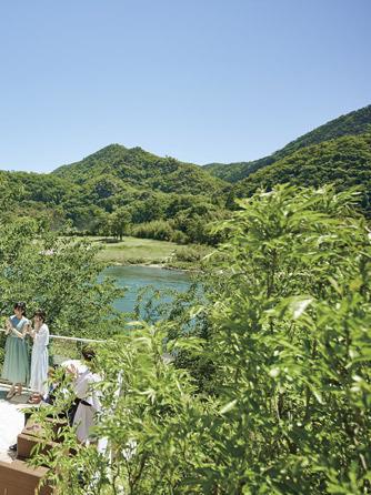 迎賓館 サクラヒルズ川上別荘 披露宴会場とひとつづきのテラス画像1-2