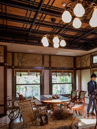 迎賓館 サクラヒルズ川上別荘 メインバンケットと繋がる待合スペース画像1-1
