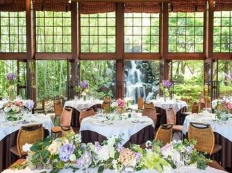 岩崎台倶楽部グラスグラス 滝が見え、自然光が注ぐ開放感のある会場画像2-4
