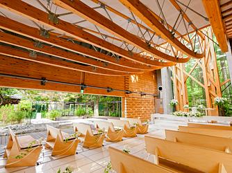 軽井沢クリークガーデン:チャペルの左側一面は大きなスライディングウィンドウ。圧倒的な開放感を感じさせてくれる。