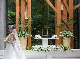 軽井沢クリークガーデン:祭壇の奥には森が広がり、豊かな自然をのぞみながら穏やかな気持ちでセレモニーを迎えることができる